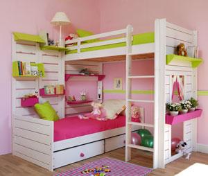 Spodní postel umístěná u země do úhlu a vrchní postel