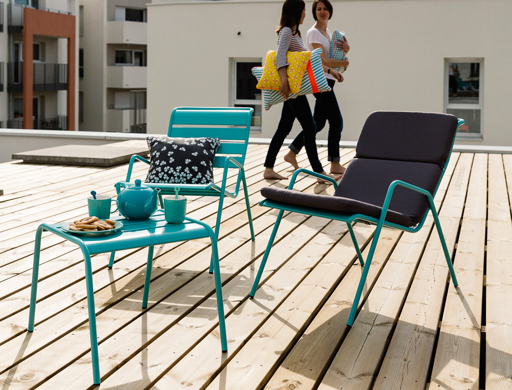 kovova-podnozka-odkladaci-stolek